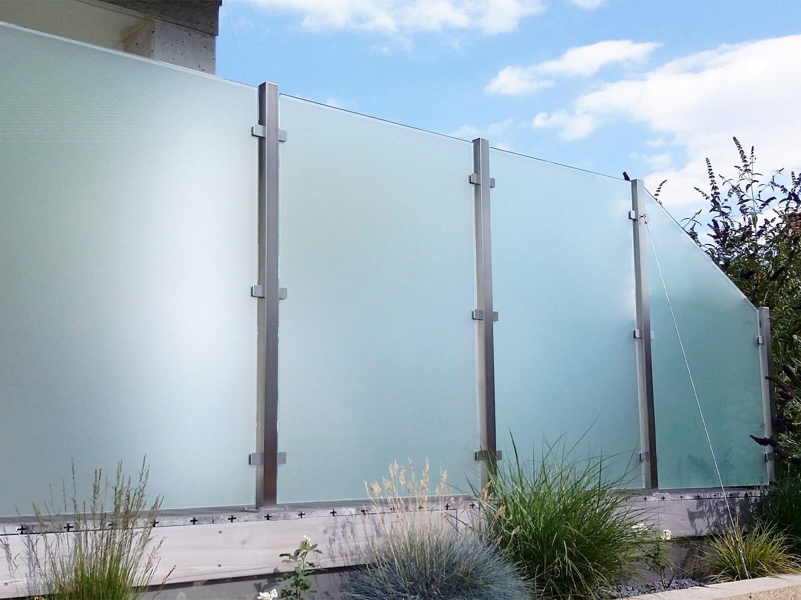 Glaszaunsystem Sichtschutz Feng individuelle Schrägschnitte und Gestaltungsmöglichkeiten für Garten Terrasse und Balkon