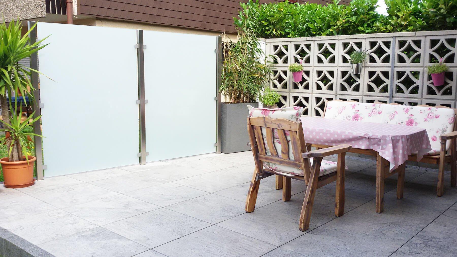 Moderner eleganter blickdichter Glaszaun für Garten und Terrasse
