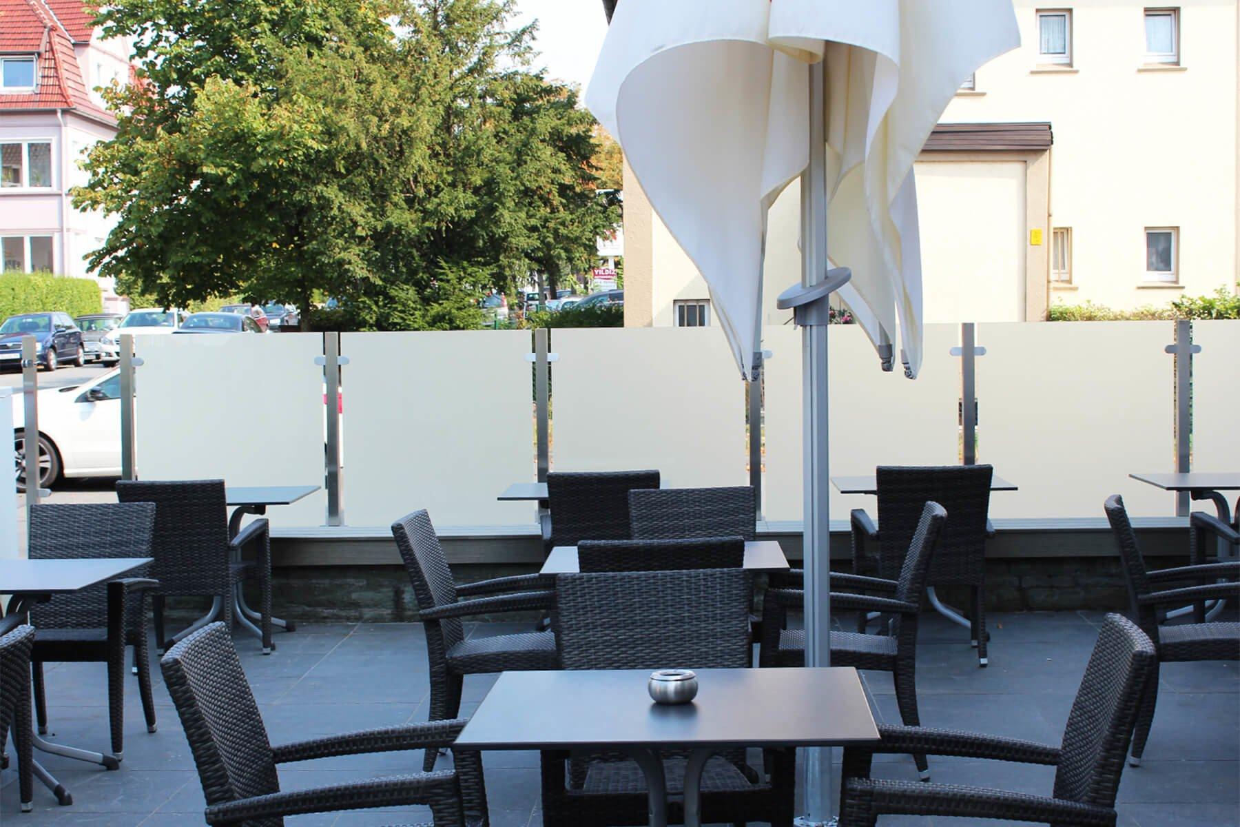 Moderner eleganter blickdichter Glaszaun ideal für Außenbereiche in der Gastronomie