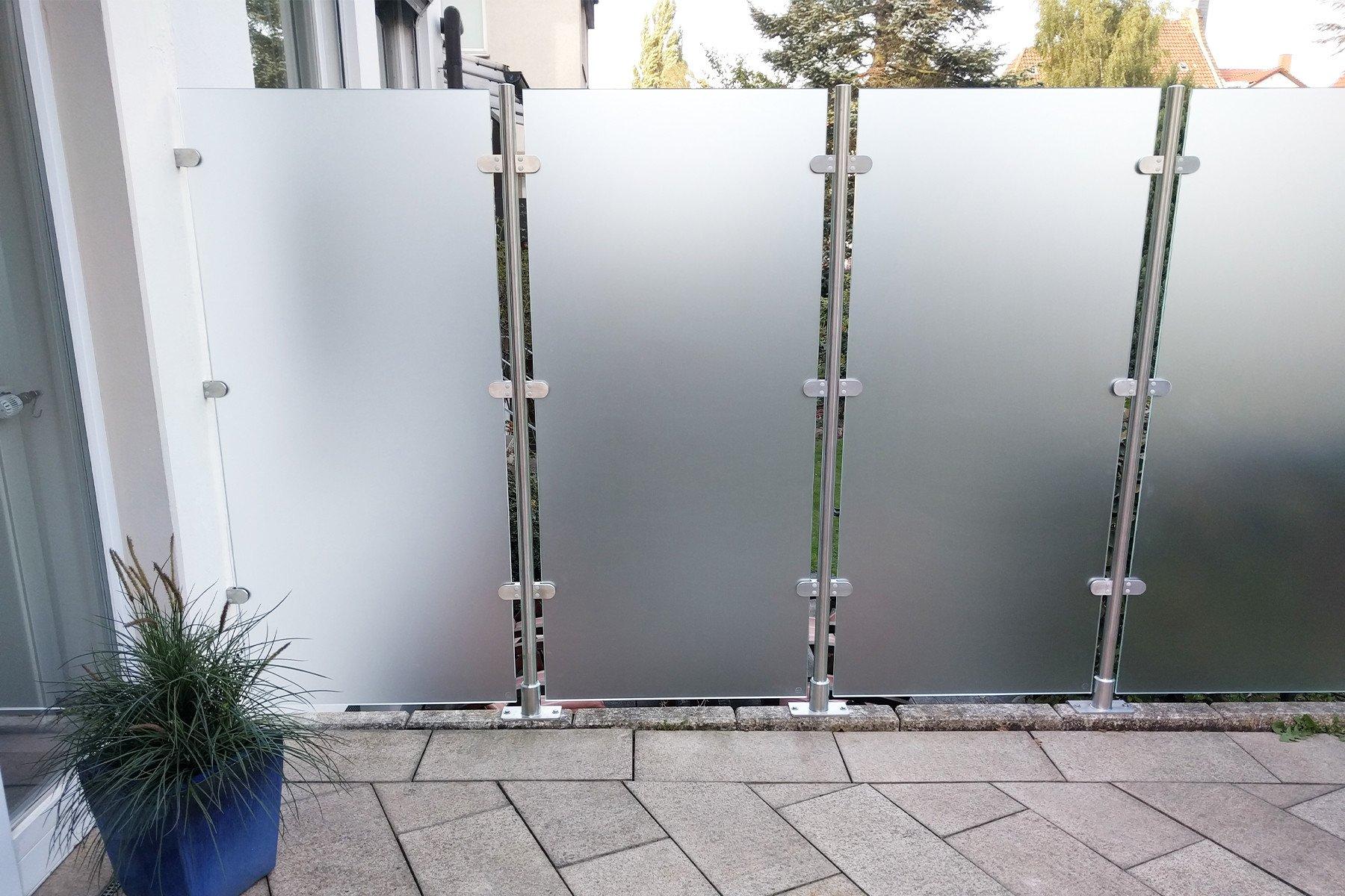 wind-und-sichtschutz-transvent-mit-seitlichen- glasklemmen-optimal-fuer-die-terrasse